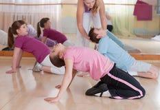 Grupp av barn som kopplas in i gymnastik. Arkivbild