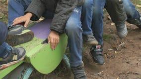 Grupp av barn som rider på gunga som tillsammans sitter lager videofilmer