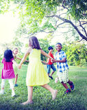 Grupp av barn som rymmer handsamhörighetskänslabegrepp Royaltyfria Bilder