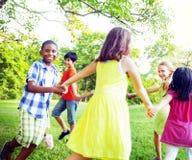 Grupp av barn som rymmer handsamhörighetskänslabegrepp Arkivbilder