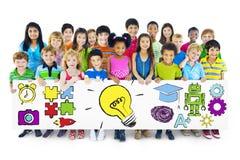 Grupp av barn som rymmer utbildningsbegreppsaffischtavlan Arkivbilder
