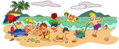 Grupp av barn som spelar på stranden i sommarH Fotografering för Bildbyråer