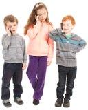 Grupp av barn som talar på mobiltelefoner. royaltyfri bild