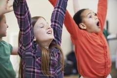 Grupp av barn som tillsammans tycker om dramagrupp arkivfoton