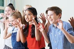 Grupp av barn som tillsammans tycker om dramaklubban royaltyfri foto