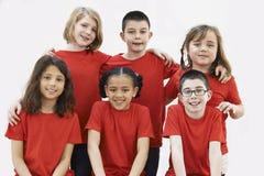 Grupp av barn som tillsammans tycker om dramaseminariet arkivbild