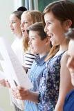 Grupp av barn som tycker om den sjungande gruppen arkivbilder