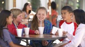 Grupp av barn som ut tillsammans hänger i Cafï ¿ ½ stock video