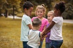 Grupp av barnaktielycka Skolaungar arkivfoto