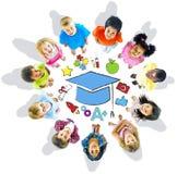 Grupp av barncirkeln och utbildningsbegreppet Arkivfoto