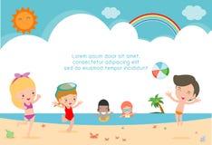 Grupp av barnlek på stranden, lyckliga ungar på stranden, barn som har gyckel på den härliga stranden vektor illustrationer