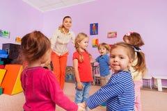 Grupp av barnroundelay runt om liten flicka royaltyfria foton
