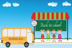 Grupp av barnstudenter på hållplatsen, tillbaka till skolan Arkivbild