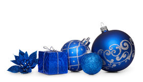 Grupp av blåa julbollar som isoleras på vit bakgrund Royaltyfri Fotografi