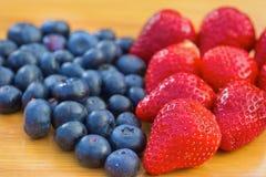 Grupp av blåbär och jordgubbar Arkivfoton