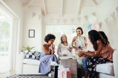 Grupp av blandras- kvinnor på en baby shower Royaltyfria Bilder