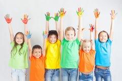 Grupp av blandras- roliga barn Arkivfoton