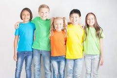 Grupp av blandras- roliga barn Arkivfoto