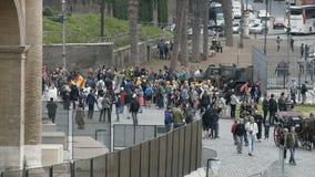 Grupp av blandras- studenter som väntar på handboken nära Coliseum, turism i Rome arkivfilmer