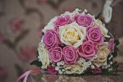 Grupp av blommor från rosor på en tabell 2379 Royaltyfri Bild