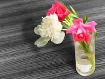 Grupp av blommor i ett exponeringsglas arkivbilder