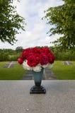 Grupp av blommor i vas på den Uppsala kyrkogården Fotografering för Bildbyråer