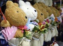 Grupp av blommor med den gulliga nallebjörnen Royaltyfri Bild