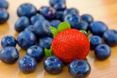 Grupp av bluberries och jordgubben på en tabell Royaltyfria Bilder