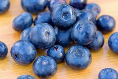 Grupp av bluberries på en tabell Arkivfoto