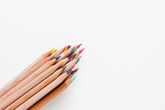 Grupp av blyertspennan med träkroppen och färgade spetsar Royaltyfria Bilder