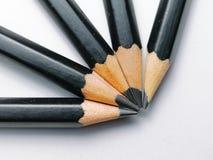 Grupp av blyertspennor på vit bakgrund arkivbilder