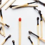 Grupp av brända matcher med en oanvänd matchstick fotografering för bildbyråer