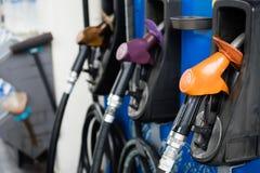 Grupp av bränsledysan på bensinstationen Arkivfoton