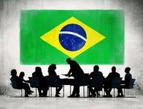 Grupp av brasilianskt affärsfolk som har möte Arkivfoto