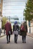 Grupp av brittiska muslimska affärskvinnor som går tillbaka till kontoret Arkivbilder