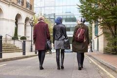 Grupp av brittiska muslimska affärskvinnor som går tillbaka till kontoret Arkivfoto