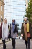 Grupp av brittiska muslimska affärskvinnor som lämnar kontoret Royaltyfria Bilder
