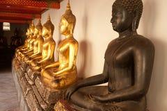 Grupp av Buddha i väggen på kyrkan. Arkivfoton