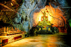Grupp av Buddhabilden i grotta Arkivbild