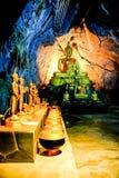 Grupp av Buddhabilden i grotta Arkivfoton