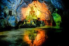 Grupp av Buddhabilden i grotta Royaltyfri Bild