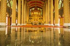 Grupp av Buddhabilder i härlig buddistkyrka Arkivfoton