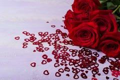 Grupp av burgundy rosor på lila bakgrund Arkivbilder
