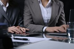 Grupp av businesspeople eller advokater på mötet Låg key lighting arkivbild