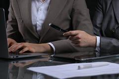 Grupp av businesspeople eller advokater på mötet Låg key lighting arkivfoto