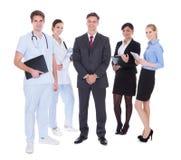 Grupp av businesspeople och doktorer royaltyfri foto