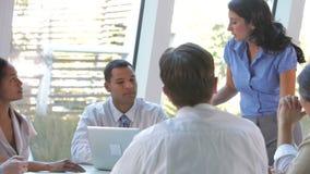 Grupp av Businesspeople på tabellen som har möte arkivfilmer