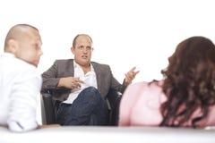 Grupp av Businesspeople som diskuterar Arkivbild