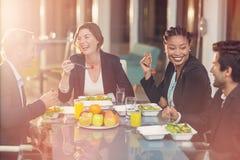 Grupp av businesspeople som har frukosten Royaltyfria Bilder