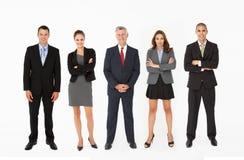 Grupp av Businesspeople som plattforer i linje i studio royaltyfria bilder